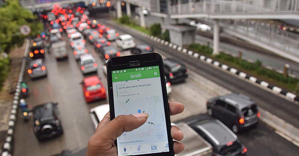 Menggunakan aplikasi grab penumpang